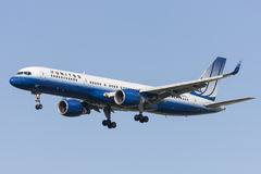 United Airlines Boeing 757 on approach to land at Los Angeles International Airport. Stock Photos