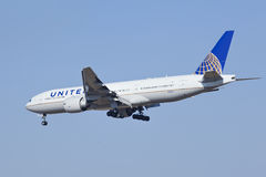 United Airlines Boeing 777-224, atterraggio N78004 a Pechino, Cina Fotografia Stock Libera da Diritti