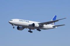 United Airlines Boeing 777-224, atterraggio N78004 a Pechino, Cina Immagini Stock Libere da Diritti