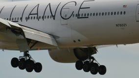 United Airlines Boeing B777 que aterra a Narita video estoque