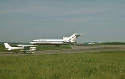 United Airlines Boeing B-727 und ein Cessna 172 an einem schönen Nachmittag an internationalem Flughafen Pittsburghs, Pennsylvani lizenzfreies stockfoto
