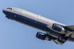 United Airlines Boeing 767 décollant de l'aéroport international de Los Angeles Image libre de droits