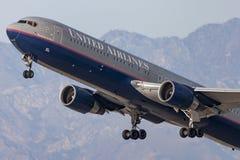 United Airlines Boeing 767 décollant de l'aéroport international de Los Angeles Images stock