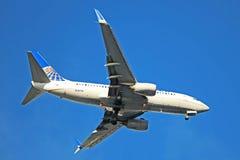 United Airlines Boeing 737-700 en acercamiento final imagen de archivo libre de regalías