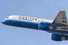 United Airlines Boeing 757 flygplan som tar av från Los Angeles den internationella flygplatsen Royaltyfria Bilder