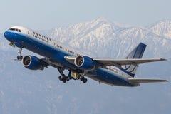 United Airlines Boeing 757 flygplan som tar av från Los Angeles den internationella flygplatsen Arkivbild