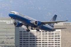 United Airlines Boeing 757 flygplan som tar av från Los Angeles den internationella flygplatsen Fotografering för Bildbyråer