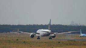 United Airlines Boeing 777 landning lager videofilmer