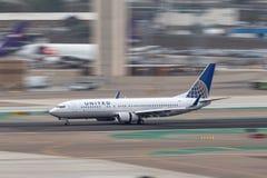 United Airlines Boeing 737-824 N73275 som ankommer på San Diego International Airport Royaltyfria Bilder