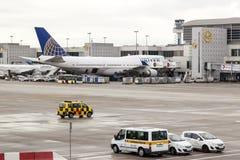 United Airlines Boeing 747 på flygplatsen Royaltyfri Foto