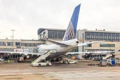 United Airlines Boeing 747 på flygplatsen Royaltyfri Bild