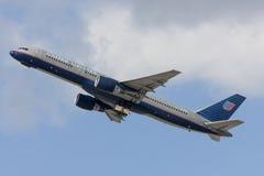 United Airlines Boeing 757 volant hors de l'aéroport international de Los Angeles Image libre de droits