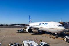United Airlines en la pista de despeque del aeropuerto de Narita Foto de archivo