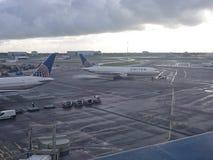 United Airlines-Flugzeug, das zur Rollbahn mit einem Taxi fährt Stockbilder