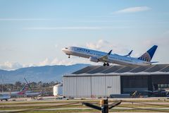 United Airlines Jet Takes Off no aeroporto internacional de Los Angeles RELAXADO foto de stock
