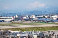 United Airlines Jet Takes Off på den SLAPPA Los Angeles internationella flygplatsen Royaltyfri Bild