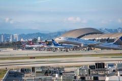 United Airlines Jet Takes Off på den SLAPPA Los Angeles internationella flygplatsen Fotografering för Bildbyråer