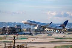 United Airlines Jet Takes Off på den SLAPPA Los Angeles internationella flygplatsen Arkivfoto