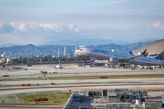 United Airlines Jet Takes Off på den SLAPPA Los Angeles internationella flygplatsen Royaltyfri Fotografi