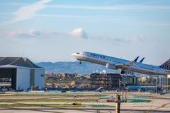 United Airlines Jet Takes Off på den SLAPPA Los Angeles internationella flygplatsen Arkivbilder