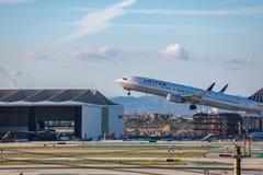 United Airlines Jet Takes Off på den SLAPPA Los Angeles internationella flygplatsen Arkivbild