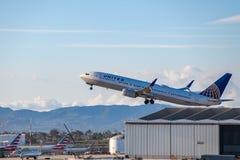 United Airlines Jet Takes Off på den SLAPPA Los Angeles internationella flygplatsen Royaltyfri Foto