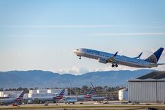 United Airlines Jet Takes Off på den SLAPPA Los Angeles internationella flygplatsen Arkivfoton