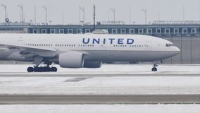 United Airlines que faz o táxi no aeroporto de Munich, MUC filme