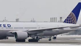 United Airlines que hace el taxi en el aeropuerto de Munich, MUC almacen de video