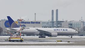 United Airlines que hace el taxi en el aeropuerto de Munich, MUC