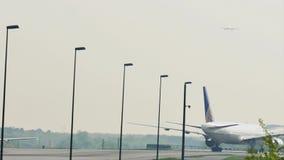 United Airlines roulant au sol dans l'aéroport de Francfort, FRA banque de vidéos