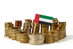 United Arab Emirates señalan por medio de una bandera con la pila de monedas del dinero imagen de archivo