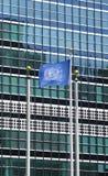 United Nations embandeiram na frente da sede do UN em New York Imagem de Stock