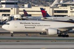 United Parcel Service UPS Boeing 767 aviões da carga no aeroporto internacional de Los Angeles Fotos de Stock