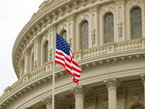 United States Capitolbyggnad med amerikanska flaggan Royaltyfri Bild