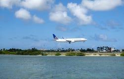 Uniteds Airlines passagerarestrålen att närma sig landningsbanan för en landning royaltyfri foto