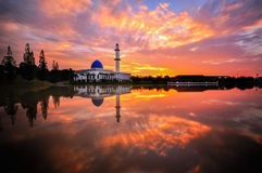 Uniten meczet podczas wschodu słońca Zdjęcie Royalty Free
