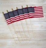 Unito delle bandiere dell'America su bianco ha sbiadito il legno Fotografie Stock
