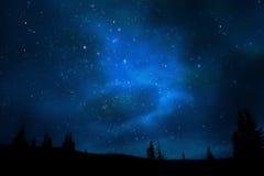 Univers de ciel de nuit de montagne et horizontal d'étoiles Photos libres de droits