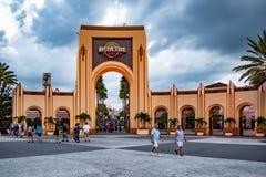 Universal Studios båge på bakgrund för molnig himmel på Citywalk royaltyfria bilder