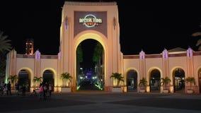 Universal Studios-Bogen auf Nachthintergrund bei Citywalk stock footage