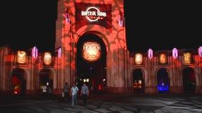 Universal Studios-Bogen mit Zeichen der Halloween-Grausigkeits-Nacht 2018 auf Nachthintergrund bei Citywalk stock footage