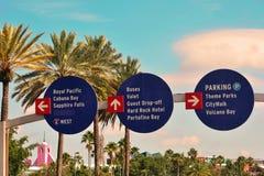 Universal Studios-het Thema parkeert Tekens, whith bewolkte blauwe hemel stock afbeelding