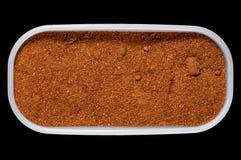 Universalgewürzmischung für Kebabs und Fische in einem Vorratsbehälter auf einem schwarzen Hintergrund, Isolat lizenzfreie stockbilder