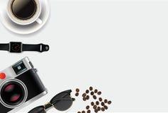 Universalhintergrund für Geschäft, Reise, Nachrichten mit Kamera, Uhr, Tasse Kaffee, Glas und mit Raum für Text Stockfoto