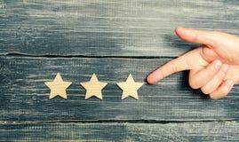 Universell erkännande, framgång och hög effektivitet Utvärdering av hotellet eller restaurangen Applikation i marknaden Handen po arkivfoto