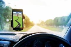 Universell monteringshållare för smart telefonöversikt och navigering i bil Royaltyfri Foto