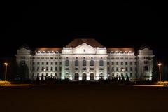 Universidad de Debrecen en la noche fotografía de archivo libre de regalías