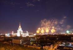 Universidad de estado de Moscú con el fuego artificial Imágenes de archivo libres de regalías