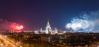 Universidad de estado de Moscú con el fuego artificial Imagen de archivo